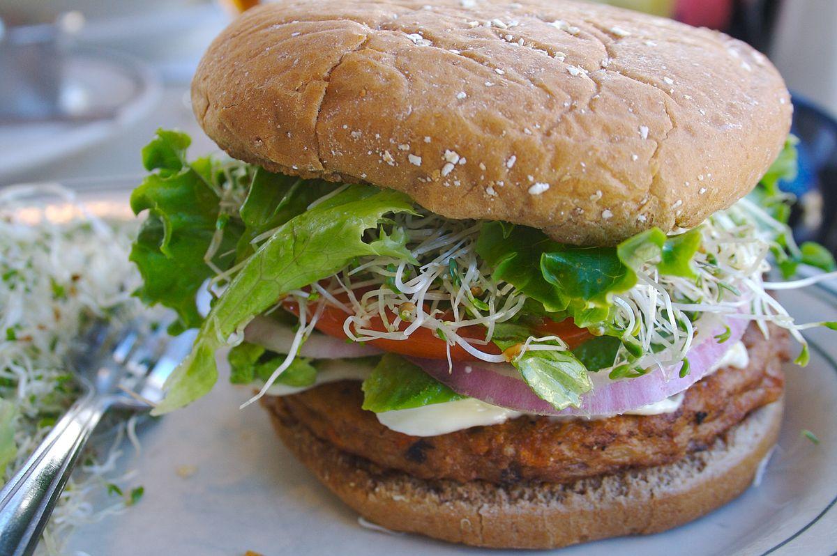 """נהוג לחשוב שכל מי שבוחר בהמבורגר על בסיס אפונה או סויה במקום המבורגר מבשר של פרה """"הציל חיה""""; המציאות בפועל מורכבת יותר. המבורגר צמחוני (ויקיפדיה CC 2.0)"""