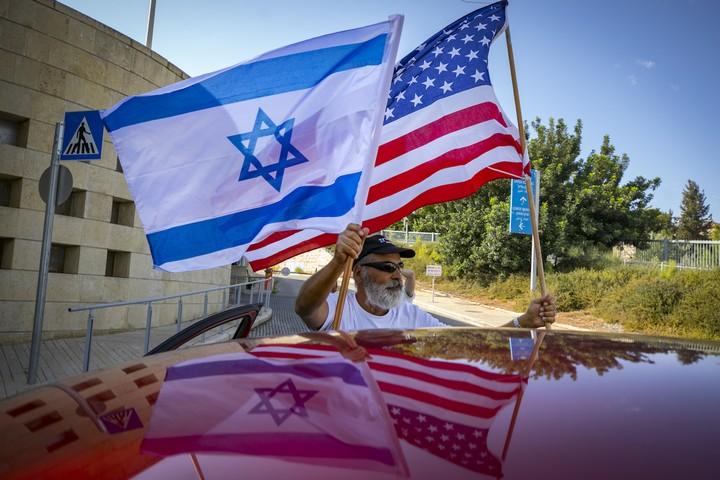 """תומכי טראמפ ישראלים מחוץ לשגרירות ארה""""ב בירושלים, ב-27 באוקטובר 2020 (צילום: אוליבייה פיטוסי / פלאש90)"""