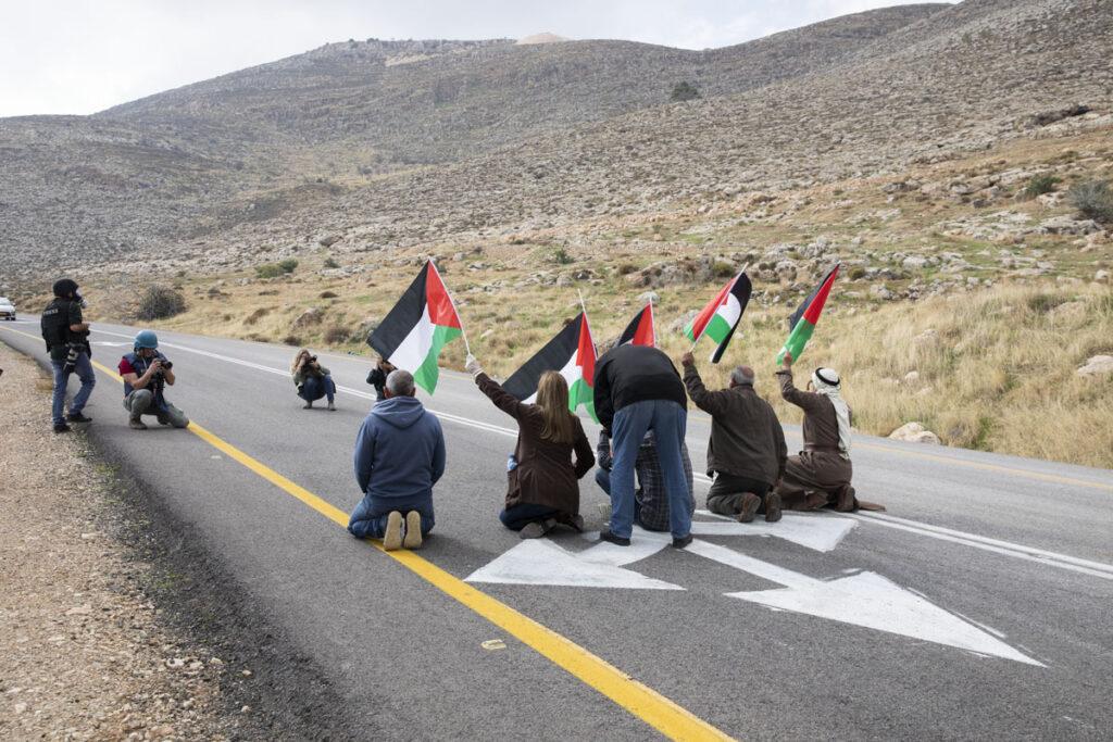 """מפגינים פלסטינים חוסמים את """"כביש אלון"""" במחאה על הקמת מאחז לא מורשה ליד עין סמיה (צילום: אורן זיו)"""