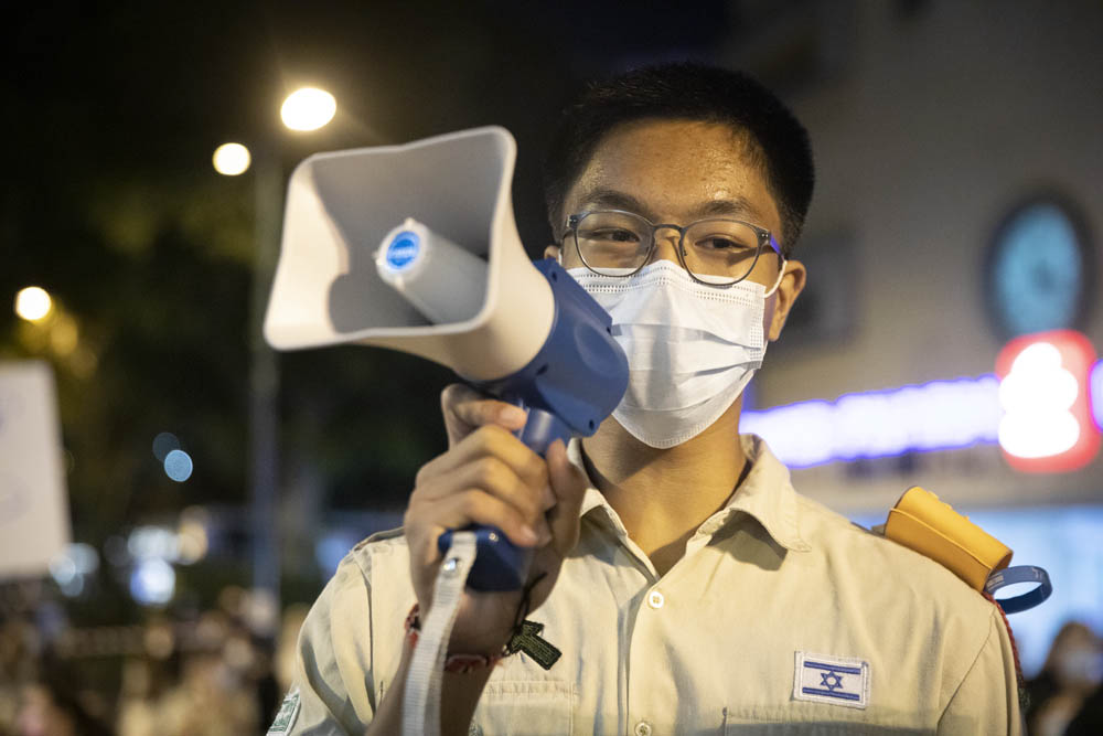 """""""אני מרגיש יותר שמח כי רוצים לעזור לי"""". דניאל קרוז, המיועד לגירוש לפיליפינים, במהלך הפגנה תמיכה בו רמת גן (צילום אורן זיו)"""