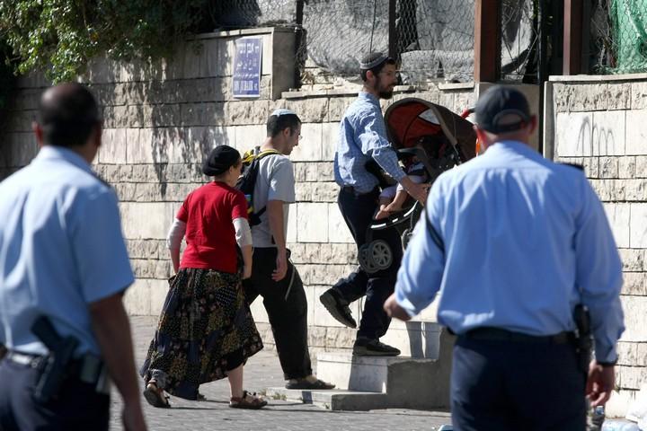 משפחת מתנחלים נכנסת לבית בשייח ג'ראח, אחרי שבית המשפט העליון איפשר לפנות את הדיירים הפלסטינים ממנו, ב-2 באוגוסט 2009 (צילום: אביר סולטן / פלאש90)