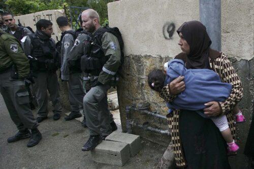פינוי משפחה פלסטינית מביתה בשייח' ג'ראח שבמזרח ירושלים, ב-2009 (צילום: מועאמר עוואד / פלאש90)
