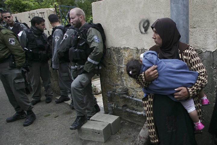 פינוי משפחה פלסטינית מביתה בשייח' ג'ראח שבמזרח ירושלים, ב-2009 (צילום: מועאמר עוואד)