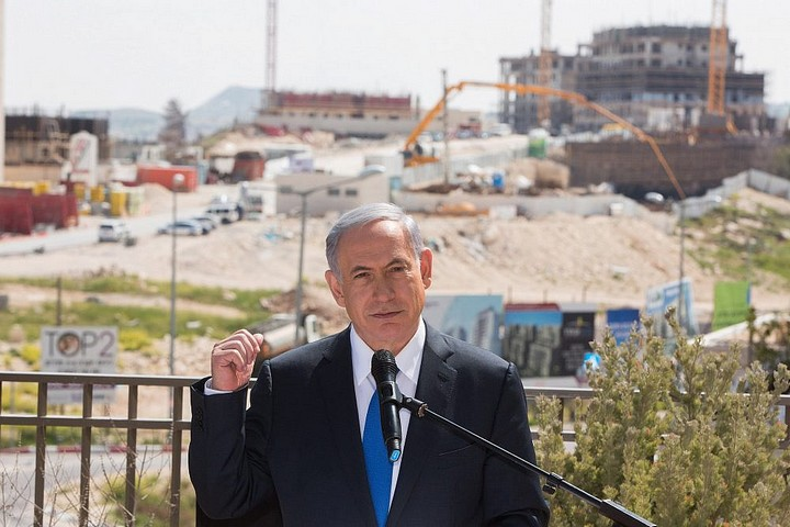 ראש הממשלה, בנימין נתניהו, מוסר הודעה לתקשורת במהלך ביקור בהתנחלות הר חומה שבמזרח ירושלים, ב-16 במרץ 2015 (צילום: יונתן זינדל / פלאש90)