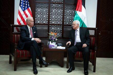 אנחת רווחה. ג'ו ביידן ומחמוד עבאס בפגישה ברמאללה, מרץ 2016 (פלאש 90)