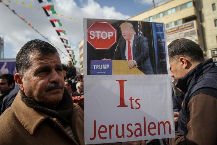 """""""אנחנו חייבים להתגבר על המכשול שנקרא טראמפ"""". מפגינים בשכם נגד הכרזת טראמפ על העברת השגרירות האמריקנית לירושלים (נאסר שתייה / פלאש 90)"""