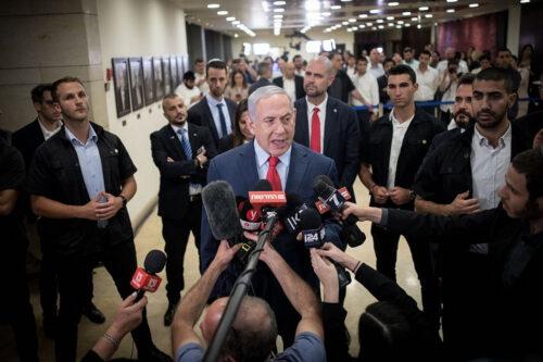 ראש הממשלה, בנימין נתניהו, מדבר עם התקשורת אחרי ההצבעה על פיזור הכנסת, ב-30 במאי 2019 (צילום: יונתן זינדל / פלאש90)