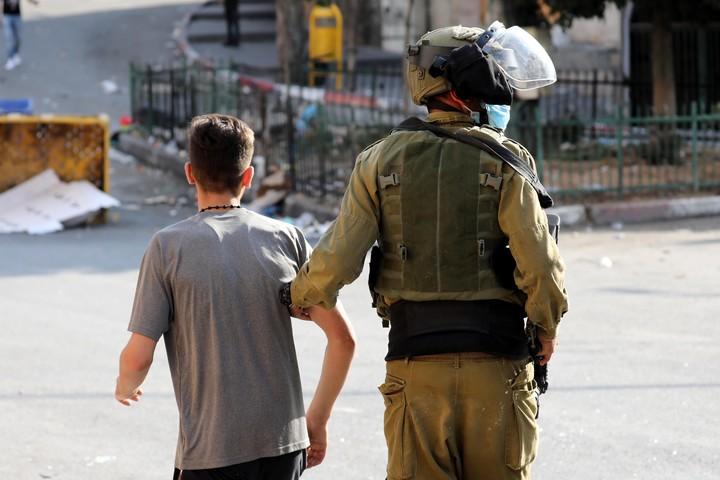 חיילים ישראלים מעכבים צעיר פלסטיני אחרי הפגנה בחברון, ב-18 בספטמבר 2020 (צילום: וויסאם השלמון / פלאש90)