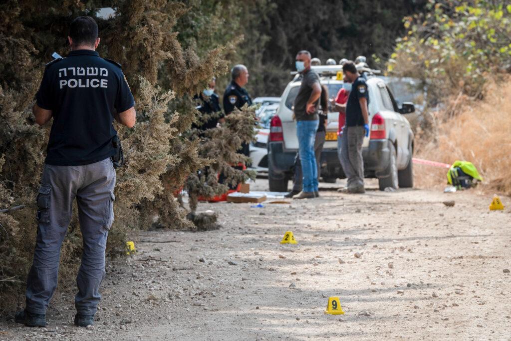 שוטרים בזירה שבה נמצאו שלושה מתים בצפון, חשד לרצח משולש, ב-1 בנובמבר 2020 (צילום: באסל עוידאת / פלאש90)
