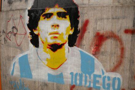 יש מנצלים ויש מנוצלים, וכל אדם הגון חייב לקחת צד. ציור קיר של מראדונה בבואנוס איירס, ארגנטינה (ShareAlike CC BY-SA 3.0)