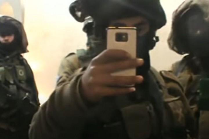 """תיעוד של """"מיפוי"""" שכלל צילום ילדים על ידי חיילים בבית משפחת דענא בחברון, ב-24 בפברואר 2015, בשעה 3:10 לפנות בוקר (צילום מסך מתוך סרטון של בצלם)"""