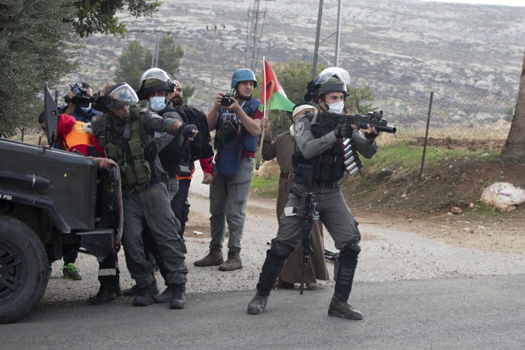 שוטר מג״ב יורה כדור ספוג גז במהלך הפגנה בעין סמיה (צילום: אורן זיו)