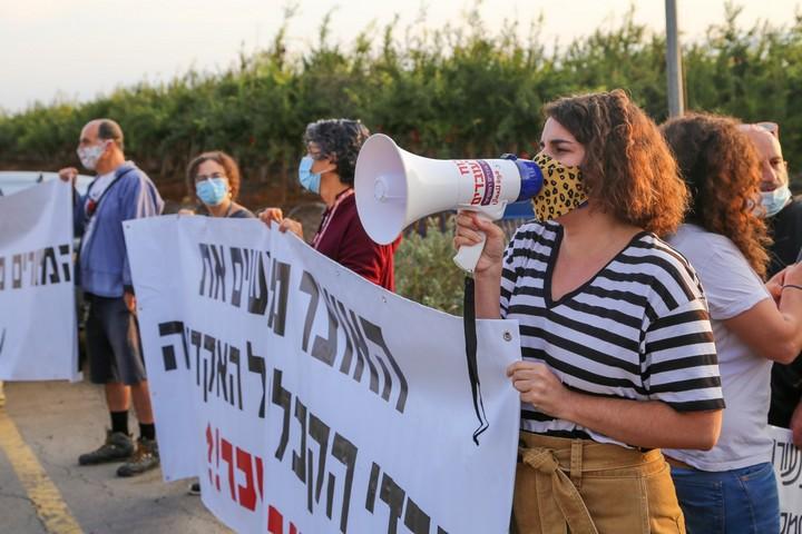 """הפגנת מרצים במכללות מול ביתו של שר האוצר ישראל כ""""ץ בכפר אחים, ב-3 בנובמבר 2020 (צילום: שפיר סרוסי)"""