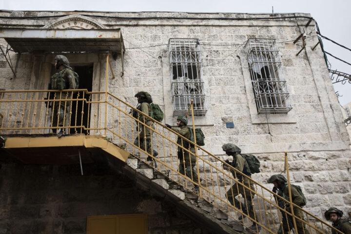 חיילים פולשים לבית בחברון, 2019 (צילום: אורן זיו)