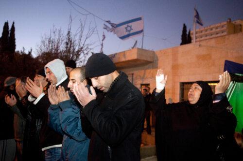 אחותי ואני החלטנו להיאבק. פלסטינים בתפילת מחאה נגד פינויים בשיח' ג'ראח ב-2009 (צילום: מתניה טאוזיג / פלאש 90)