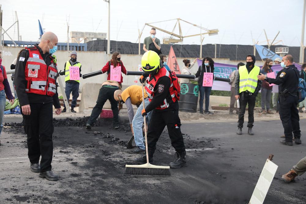 """פעילי ״המרד בהכחדה״ חוסמים את הכניסה לתחנת הכוח רוטברג ולמתחם קצא""""א באשקלון במחאה על השימוש בדלקים מזהמים ובקריאה לעבור לאנרגיות מתחדשות. (צילום: אורן זיו)"""