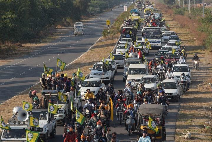 חקלאים הודים מתקדמים לכיוון ניו דלהי, בדצמבר 2020 (צילום: Randeep Maddoke, CC0 1.0)