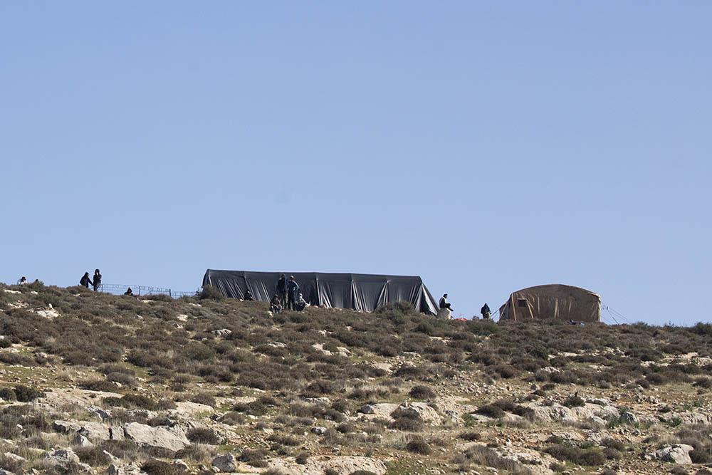 מאחז שהוקם סמוך למקום התאונה שבה נהרג אהוביה סנדק. (צילום: אורן זיו)