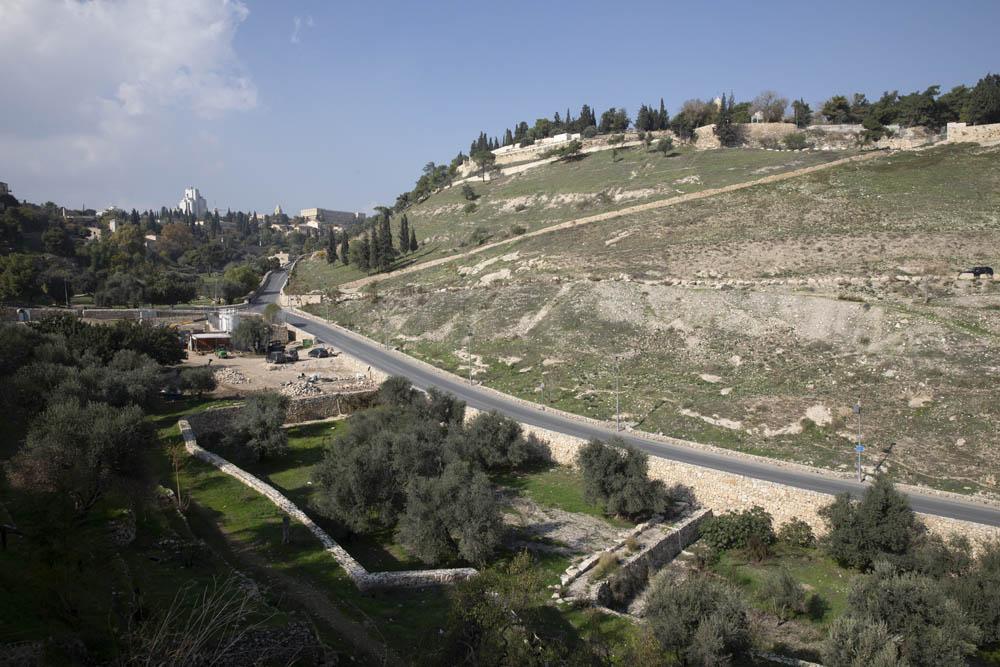 האזור בן יוקם הגשר מהר ציון לאתר המתנחלים ״בית קפה בגיא״ בגיא בן הינום במזרח ירושלים (צילום אורן זיו)