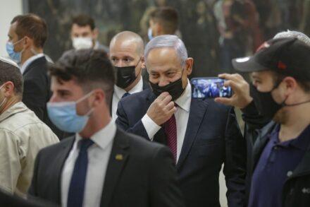 ראש הממשלה, בנימין נתניהו, מגיע להצבעה על פיזור הכנסת, ב-2 בדצמבר 2020 (צילום: אלכס קולומויסקי)