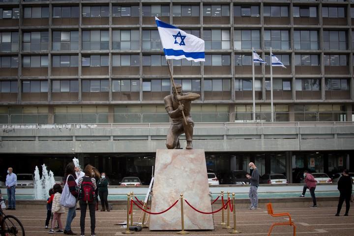 """מעלה לדרגת סמל דמות ממחאה אזרחית. הפסל """"גיבור ישראל"""" של איתי זלאיט בכיכר רבין בתל אביב (צילום: מרים אלסטר / פלאש90)"""