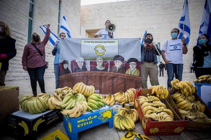 חברי תנועת אם תרצו מפגינים מול הדיון בעתירות נגד חוק הלאום, בבית המשפט העליון בירושלים, ב-22 בדצמבר 2020 (צילום: יונתן זינדל / פלאש90)