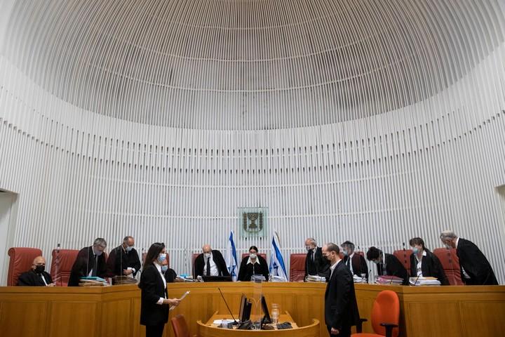 נשיאת בית המשפט העליון, אסתר חיות, ושופטי ההרכב המורחב, מגיעים לדיון בעתירות נגד חוק הלאום, ב-22 בדצמבר 2020 (צילום: יונתן זינדל / פלאש90)