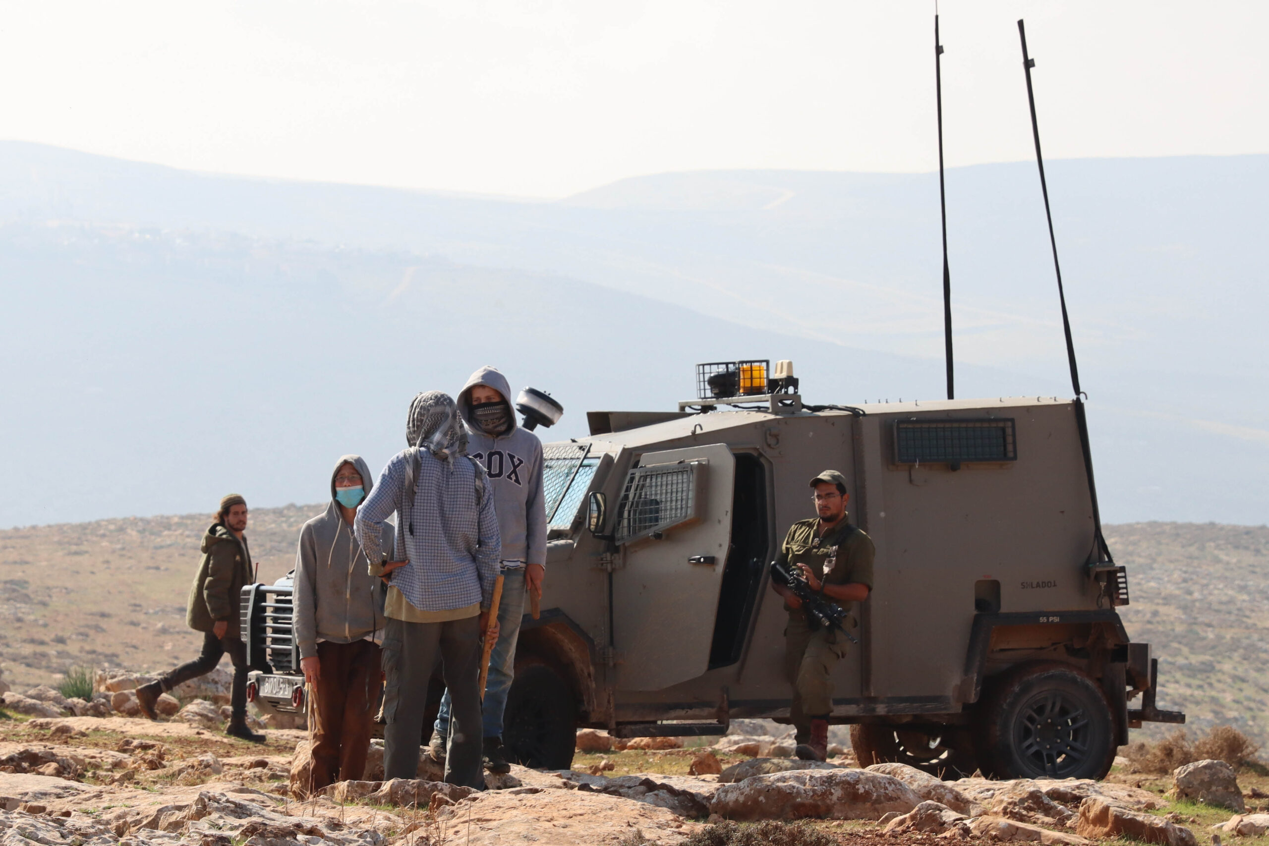חיילים ומתנחלים ליד המאחז ״החווה של מיכה״ באזור כביש אלון (צילום: שרונה וויס/ אקטיבסטילס)