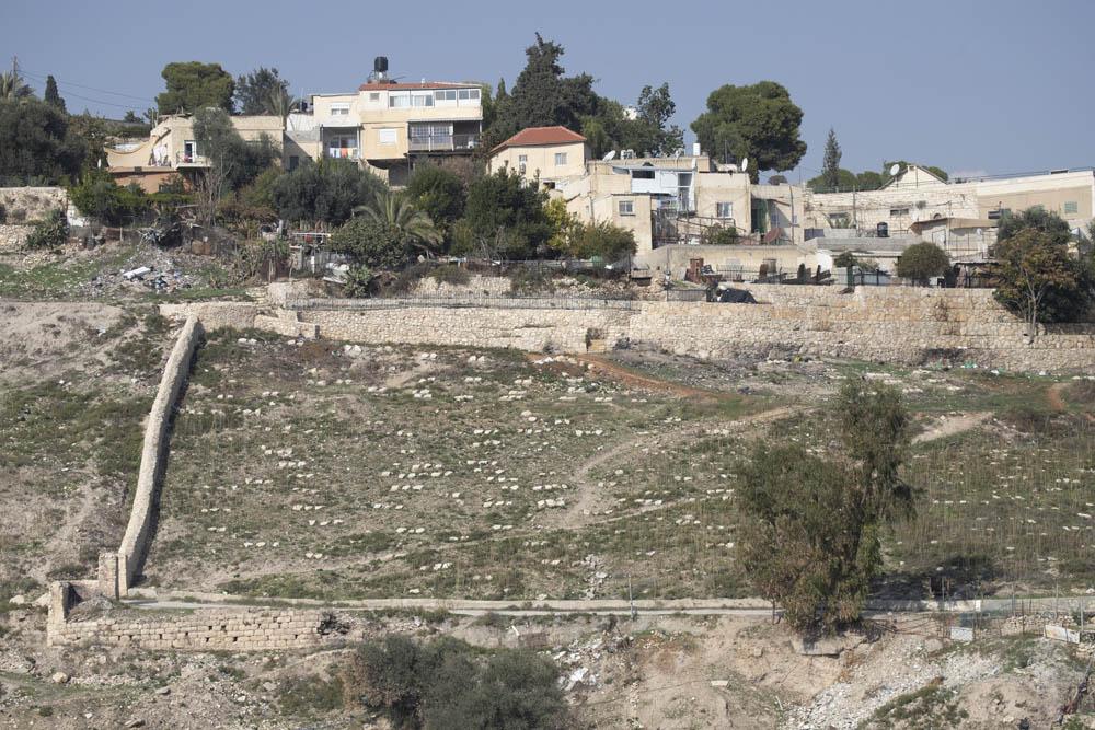 בית הקברות בהר ציון, ממבט מאתר המתנחלים ״בית קפה בגיא״ בגיא בן הינום במזרח ירושלים (צילום אורן זיו)
