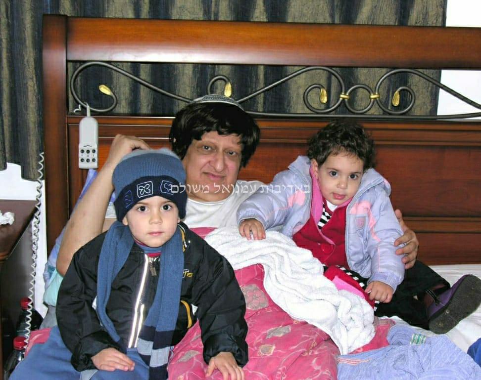 הרב עוזי משולם עם נכדו ש׳ (משמאל) בילדותו. (צילום באדיבות עמנואל משולם)