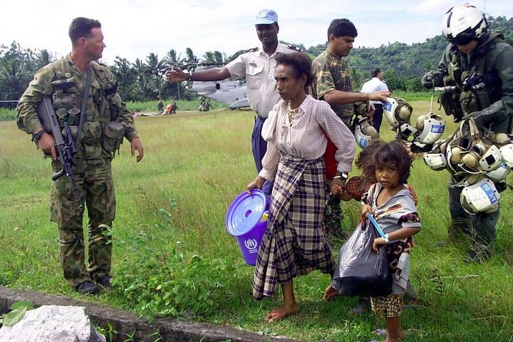 """פליטים חוזרים למזרח טימור, בינואר 2000 (צילום: הארכיון הלאומי של ארה""""ב)"""