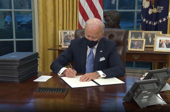 שיא של צווים ביום הראשון לנשיאות. הנשיא ג'ן ביידן חותם על הצווים הנשיאותיים בבית הלבן (צילום: הבית הלבן)
