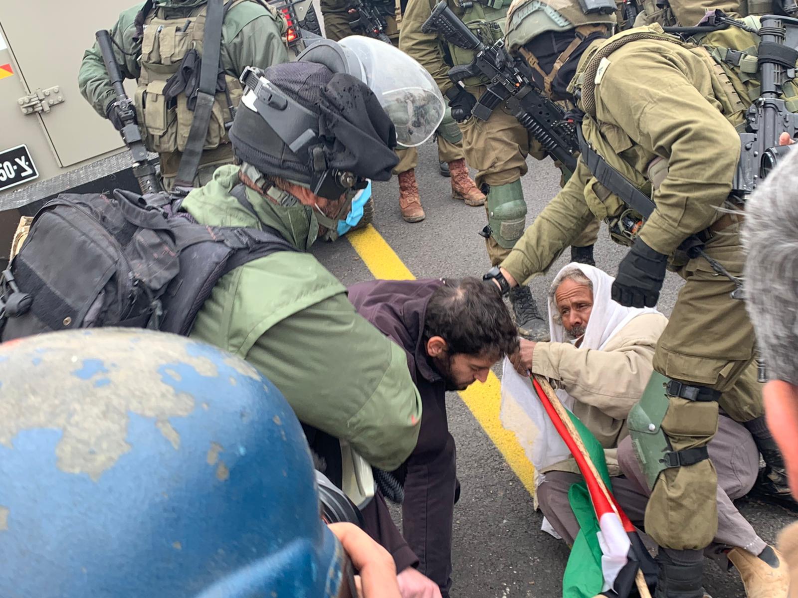 חיילים עוצרים קשיש שניסה לתלות דגל פלסטין על רכב צבאי בדרום הר חברון (צילום: חגי מטר)