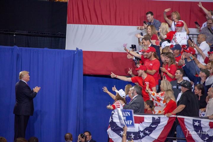 התומכים שלו הפכו את האמונה בו לדת. טראמפ בעצרת בחירות בנשוויל (צילום: lachcaphoto CC BY NC 2.0)