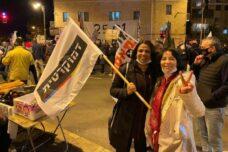רוב הבוחרים בהן היו יהודים. וורדה סעדה (מימין) וחנאן א-סאנע במחאה בבלפור (צילום: דמוקרטית)