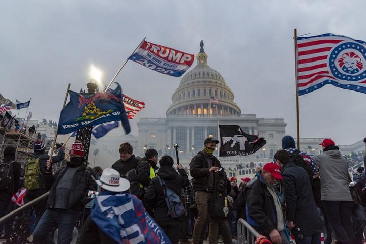 בגבעת הקפיטול לא קרה משהו שאמריקה לא רגילה לעשות בעולם. תומכי טראמפ בדרך לעצרת (צילום: blink o'fanaye CC BY NC 2.0)