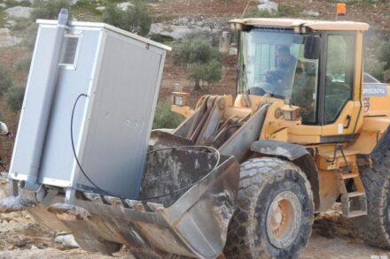 חזרו להרוס בפעם הרביעית תוך חצי שעה. דחפור עוקר את תא השירותים באל-רכיז (צילום: alliance for human rights)