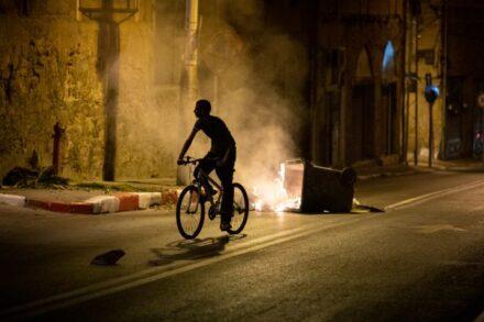 העיתונים ניסו לעשות חיבור בין אלימות לאסלאם. מחאה ביפו על הרס בית הקברות אלאסעאף (צילום: אורן זיו)