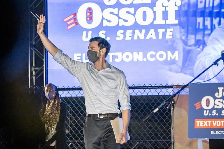 גון אוסוף בקמפיין הבחירות, ב-10 בנובמבר 2020 (צילום: John Ramspott ,CC BY 2.0)