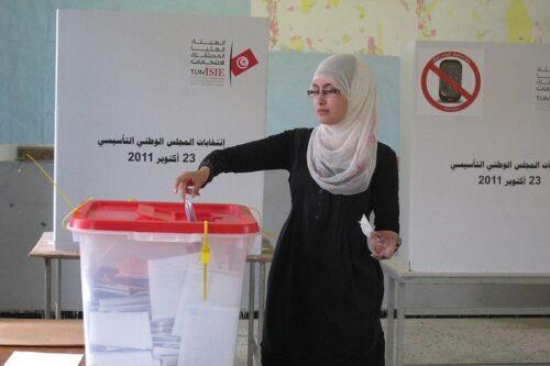 """אישה מצביעה בבחירות בתוניסיה ב-2011 (צילום: תוכנית הפיתוח של האו""""ם, CC BY-NC-ND 2.0)"""