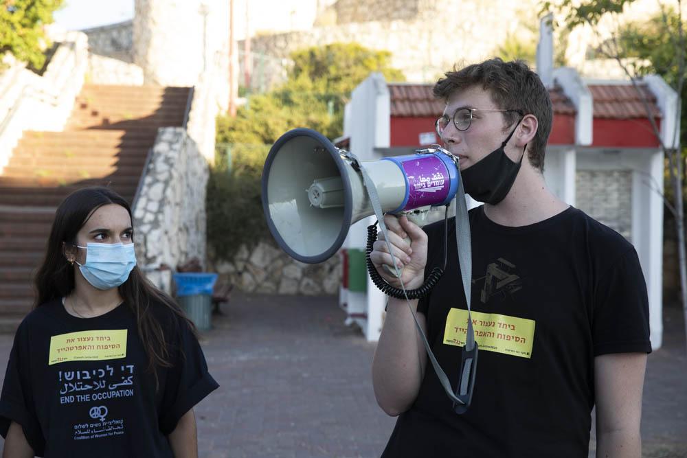 דניאל פלדי (מימין) במהלך הפגנה של בני נוער נגד הסיפוח, מול ביתו של בני גנץ בראש העין, יוני 2020 (צילום: אורן זיו)