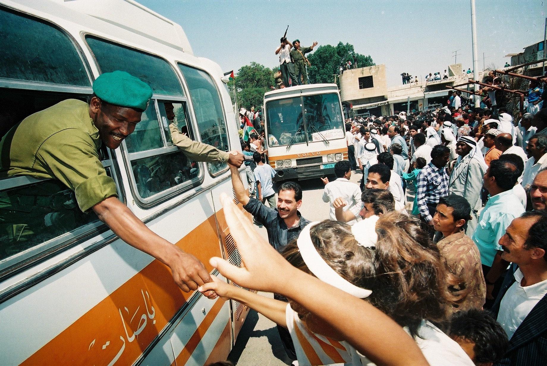 תושבים פלסטינים חוגגים את כניסתה של המשטרה הפלסטינית ליריחו, 13 במאי 1994 (יוסי זמיר / פלאש 90)