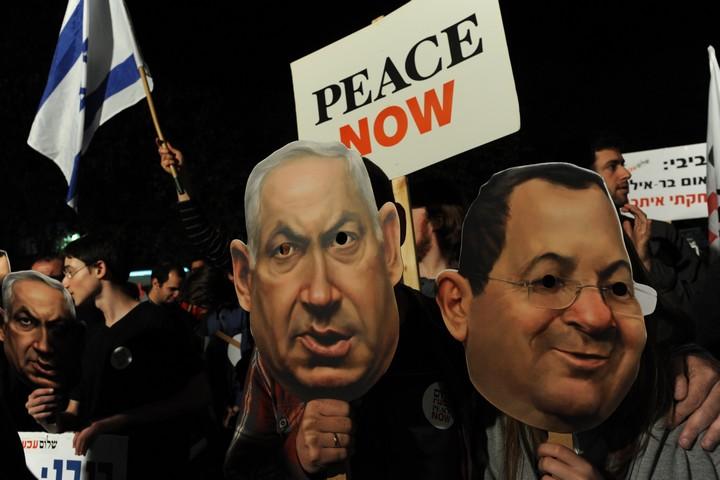 פעילי שמאל מוחים נגד מדיניות הממשלה בהתנחלויות, ב-20 בפברואר 2010 (צילום: גילי יערי / פלאש90)