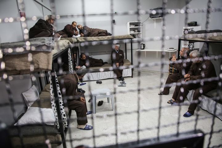 אסירים פלסטינים בכלא, באפריל 2019 (צילום: חסן ג'די / פלאש90)