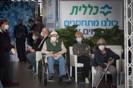 אזרחים מקבלים חיסון לקורונה במרכז של קופת חולים כללית בתל אביב, ב-22 בדצמבר 2020 (צילום: מרים אלסטר / פלאש90)
