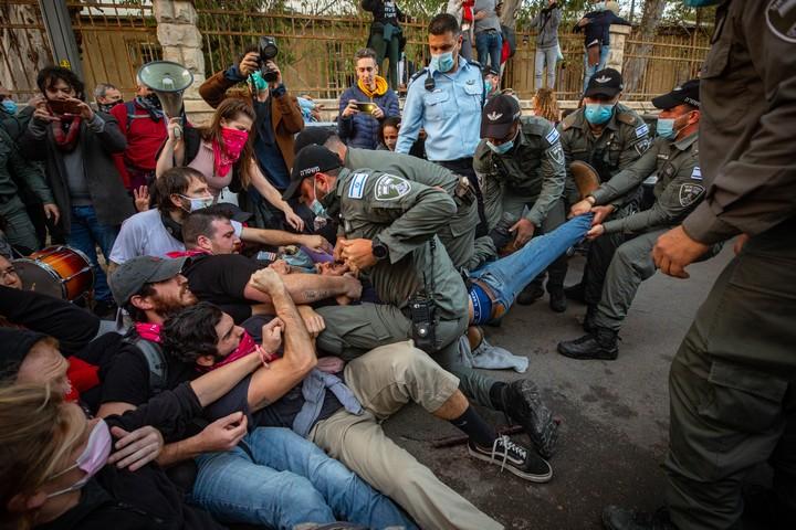 שוטרים מתעמתים עם מפגינים במהלך המחאה נגד ראש הממשלה בנימין נתניהו ליד המעון הרשמי בירושלים, ב-2 בינואר 2021 (צילום: אוליבייה פיטוסי / פלאש90)