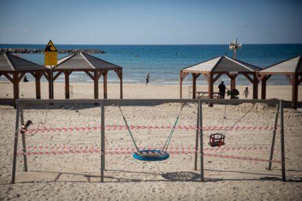 חוף הים בתל אביב בסגר, ב-24 בינואר 2021 (צילום: מרים אלסטר / פלאש90)
