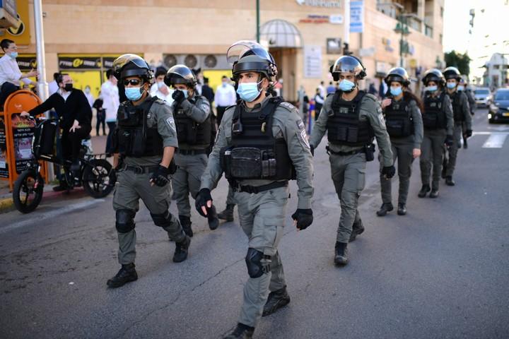 שוטרים בבני ברק, ב-24 בינואר 2021 (צילום: תומר נויברג / פלאש90)