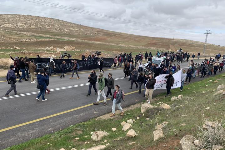 מפגינים צועדים על כביש 60 במחאה על הריסות בתים בכפר א-רכיז (חגי מטר)