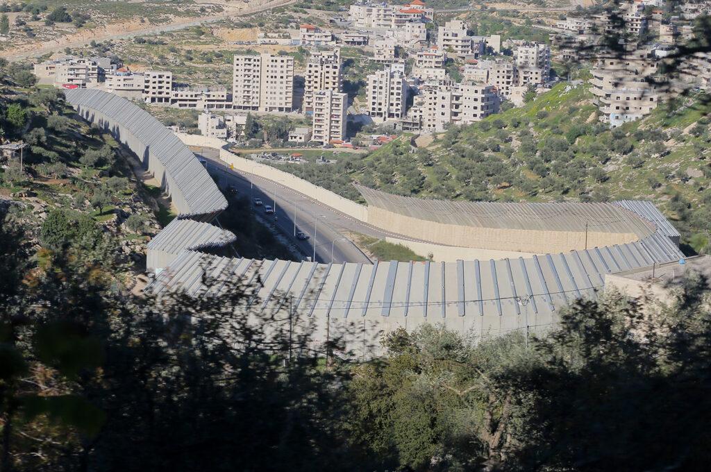 הפלסטינים יכולים להסתכל על הכביש אבל לא לנסוע בו. שכונות בבית ג'אלה על רקע כביש המנהרות (צילום: אחמד אל-באז / אקטיבסטילס)